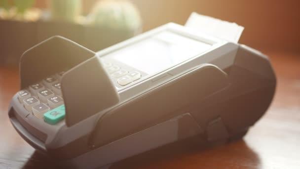 4k felvételeket. ember Holding hitelkártya a kezében, ellop kártyát a hitelkártya terminál olvasó gép és használata ujját nyomja meg a jelszót a biztonság vásárlása vagy vásárlás a boltban