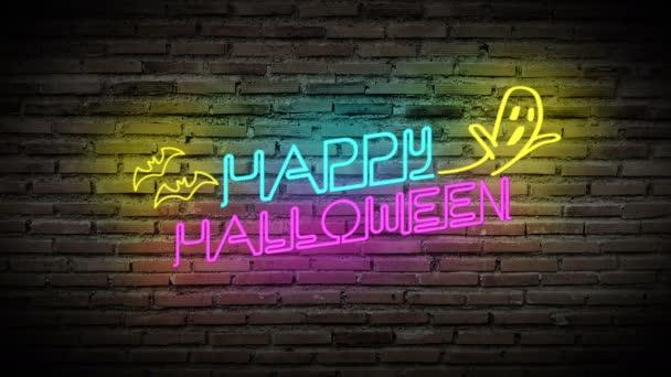 4k. Boldog Halloween fényes neon lámpák világítanak a fekete téglafalon. színes tábla szöveggel Boldog Halloween, denevér és szellem party dekoráció