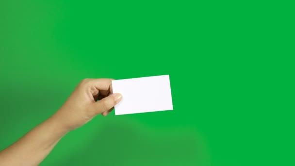 4k. készlet női kéz mutatja üres fehér cégnév kártya papír 3 különböző akciók elszigetelt chroma kulcs zöld képernyő háttér