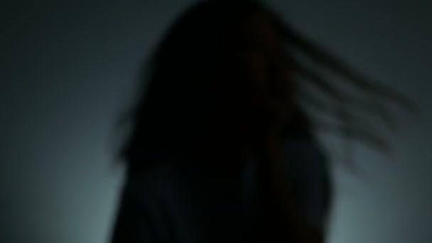 4k. stín muže, který používá dlaň k plácnutí ženy po tváři. Manžel násilím napadl ženu. zastavit domácí násilí páchané na ženách a boj proti obchodování s lidmi.