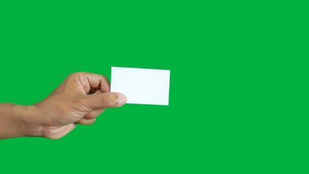 4k. két üzleti emberek, hogy névjegykártya csere egymással elszigetelt chroma kulcs zöld képernyő háttér