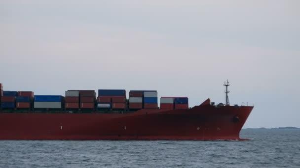 4k. konténeres teherhajó indulása a hajózási kikötőből import és export üzleti logisztika céljából, valamint nemzetközi konténeres teherhajó szállítása a nyílt tengeren
