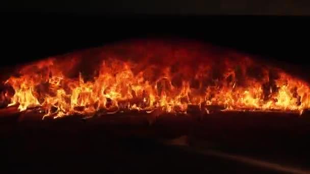 Hořící oheň v troubě na pečení chleba.