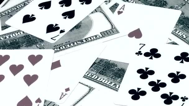 Otočení pozadí z peněz amerických dolarů a kombinace dvou-dvojitých karet je v pokeru zblízka.