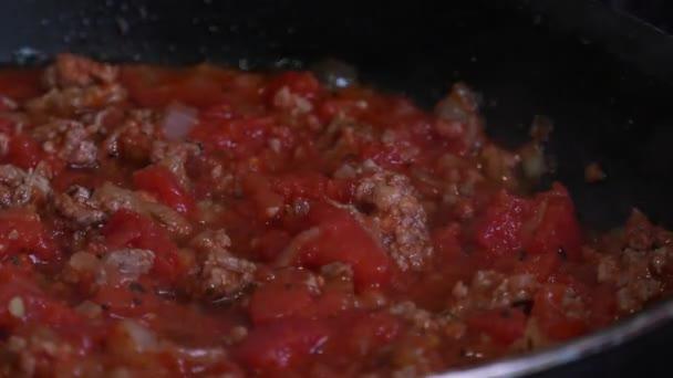 Špagety s bologní omáčkou, složení masových fach, rajčat, olivového oleje, bylin a špagety s pšenicí tvrdou.