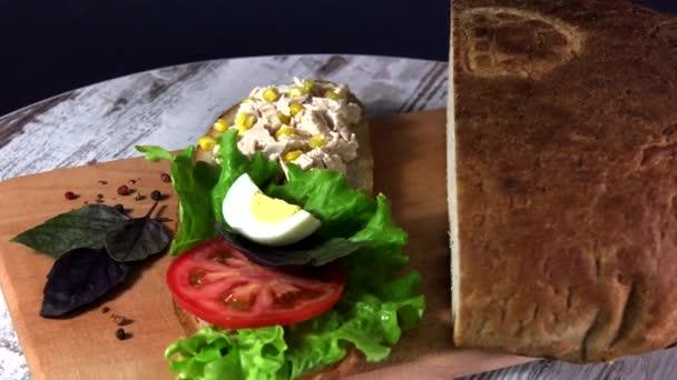 Szendvics a hagyományos ukrán ökokenyér elveszett íz ízek nélkül, töltőanyagok és GMO-k. Gyümölcsfák fáján sütve a kemencében.