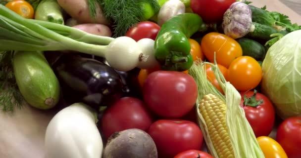 Szerves zöldségekből álló, GMO-k nélküli, peszticidek nélkül termesztett növények háttere az ökológiailag tiszta európai régiókban.