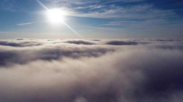 Létání nad mraky. Fantastické krajiny. Inspirace, mír, svobodu, překonání, Bůh. Skvělá obloha pohled! Vzdušné a panoramatický pohled krásné modré oblohy nad mraky.