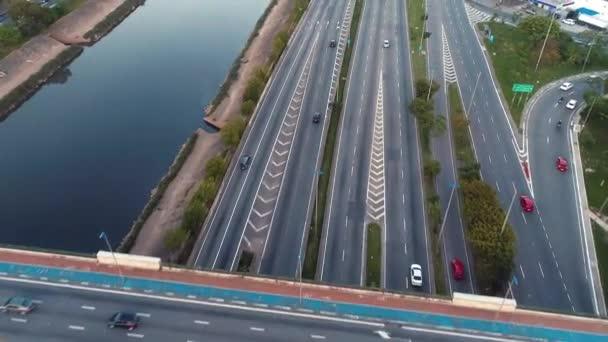 Letecký pohled z provozu na dálnici. Scenérie řeky Tiete si. Auta, autobusu a nákladních automobilů na silnici. Dálnice, doprava, rychlost.