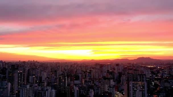 Panorámás kilátás naplementére a városi élet jelenetében. Nagy táj.