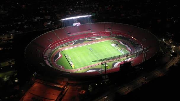 Sao Paulo, Brazília. Morumbi focistadion kilátás. Világító jelenet éjjel. Sao Paulo foci klub, stadion kilátással. Sao Paulo arénája éjjel. A focipálya jelenete éjszaka. Világító látvány. Sao Paulo, Brazília. Morumbi futball stadion kilátás.