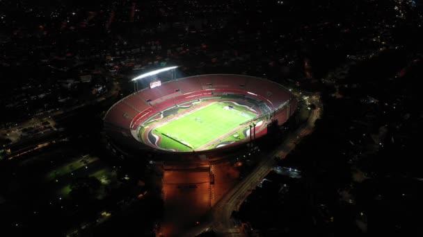 Sao Paulo, Brazílie. Pohled na fotbalový stadion Morumbi. Osvětlená scéna v noci. Fotbalový klub Sao Paulo, výhled na stadion. Aréna Sao Paula v noci. Fotbalová scéna v noci. Světelný pohled. Sao Paulo, Brazílie.Pohled na fotbalový stadion Morumbi..