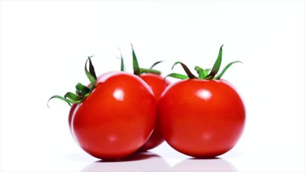 Rote Tomaten auf einem weißen Tisch, 360 Grad Drehung. weißer Hintergrund. Ultra High Definition 3840x2160.4k Auflösung