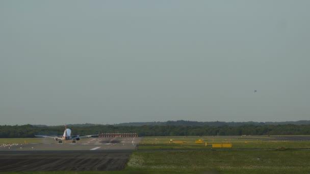 Proudová letadla se blíží k letišti