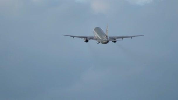 Flugzeug hebt nach dem Start vom Flughafen ab