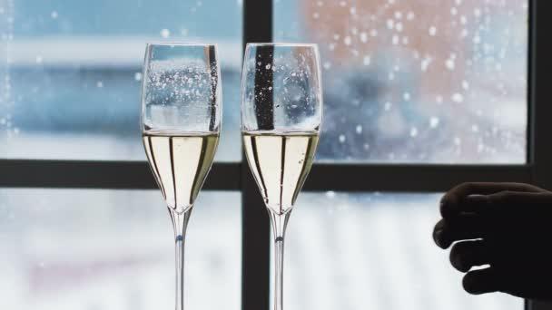 Gläser mit Champagner klirren