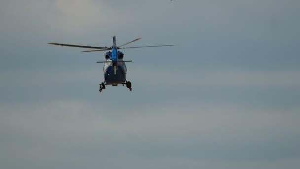 Modrá civilní vrtulník vzlétl
