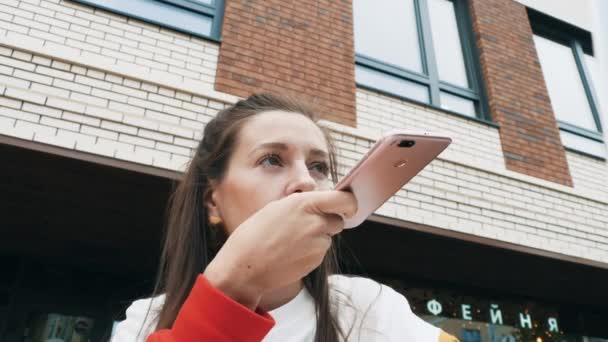 Nő küld audio üzenet okostelefon