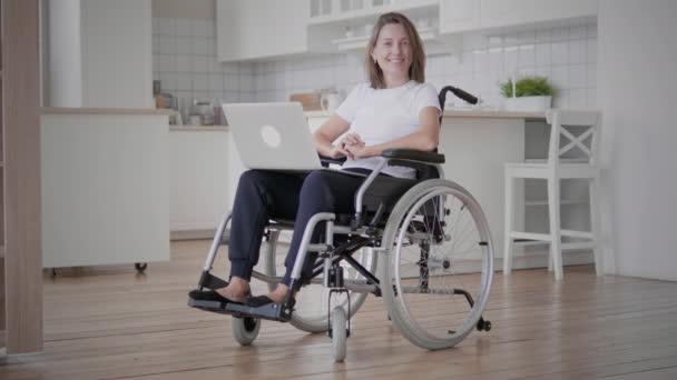 Porträt einer jungen Frau im Rollstuhl