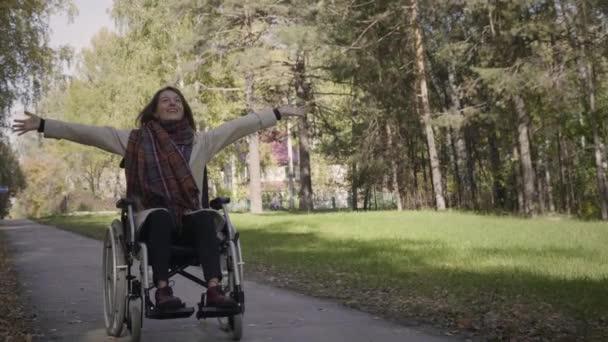 Fröhliche Behinderte im Rollstuhl