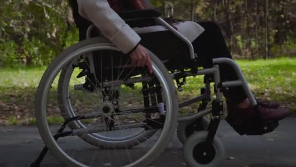 Frau im Rollstuhl im Freien