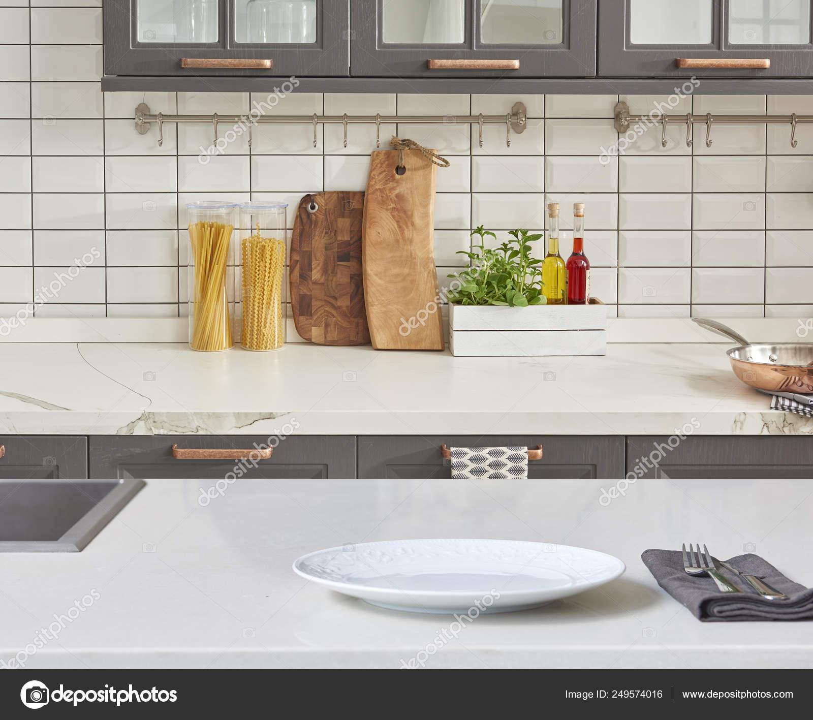 Fondo Moderno Con Mesa Con Accesorios Cocina Modernos Diseño ...