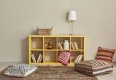 moderní interiérová místnost s hezkým nábytkem uvnitř a knihami