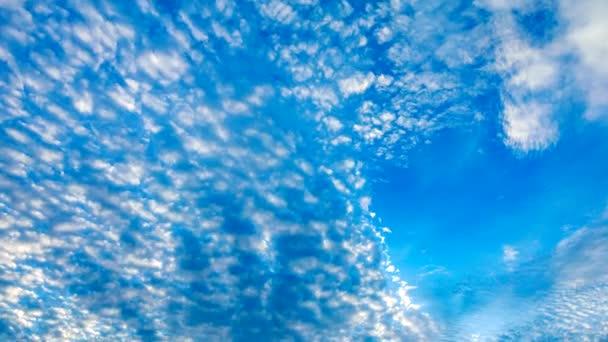 Time lapse video 4K, Krásné pohybující se mraky a modrá obloha pozadí, záběry cloudscape