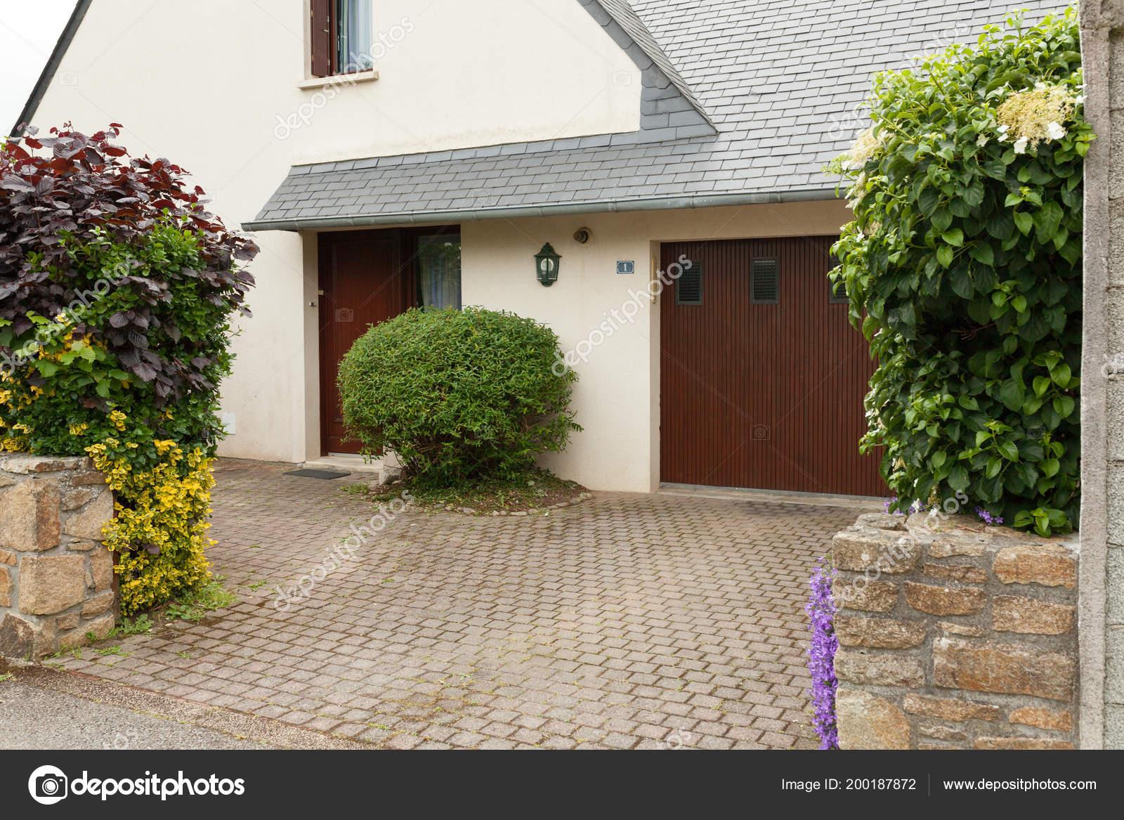 Maison Moderne Avec Garage Avec Aménagement Paysager Avec ...