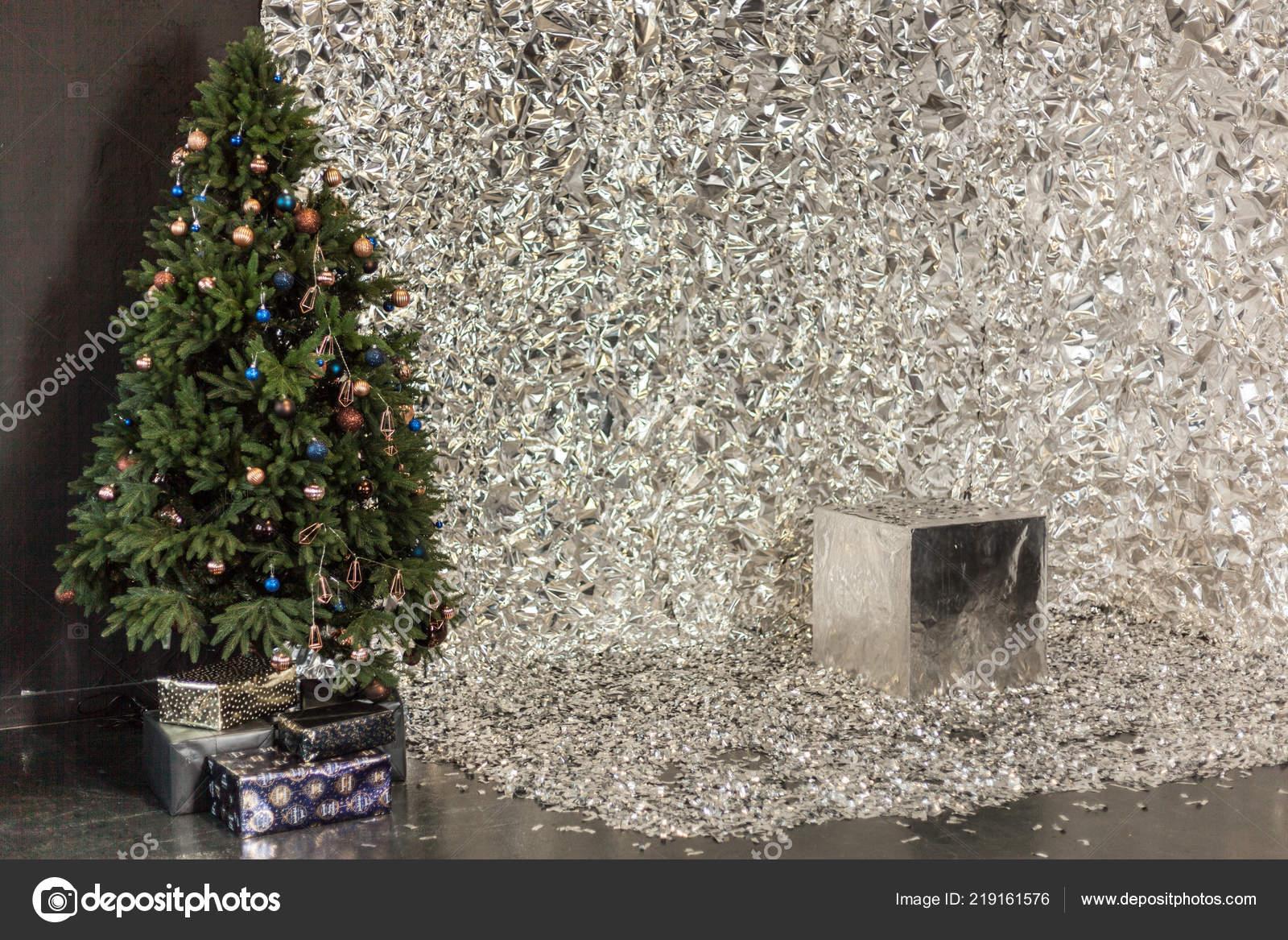Sapin De Noel Sur Le Mur sapin de noël se trouve dans une grande salle près d'un mur