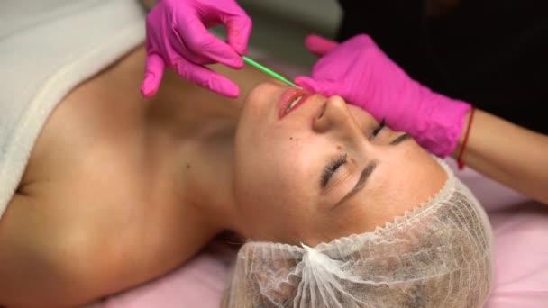 Orvos kozmetológus nem eljárás állandó smink női ügyfél ajkak 4k