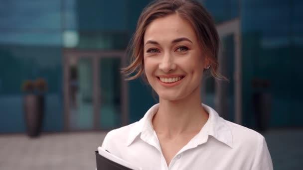 Üzletasszony sikeres nő üzletember áll szabadtéri vállalati épület külső. Izgalmas kaukázusi bizalom szakmai üzletasszony középkorú
