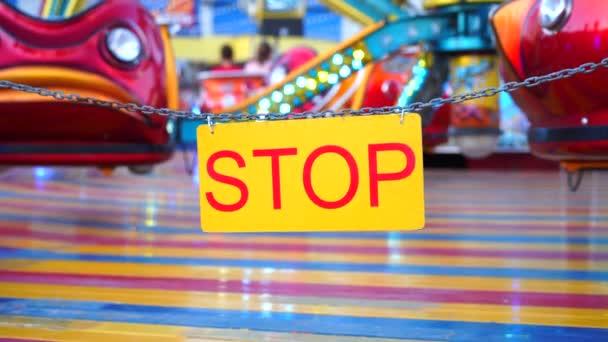 Stop znamení s karneval festival rozmazané kolotoč pozadí