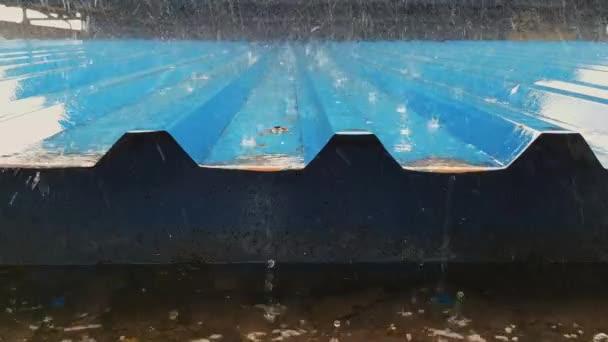 Déšť na plechovou střechu