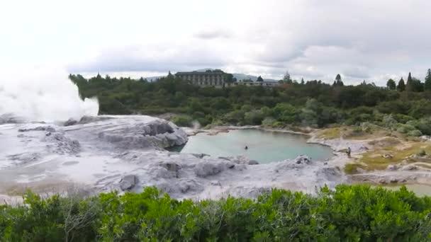 Geotermikus csodaország a fortyogó iszap medencék, a felhők a gőz, és a természetes meleg források, Rotorua, Észak-sziget Új-Zéland