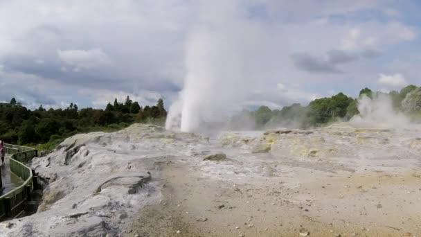 A világhírű Pohutu Geyser Rotoruában, Új-Zélandon