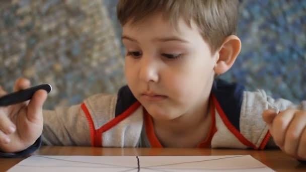 a fiú felhívja a marker egy fehér lapon