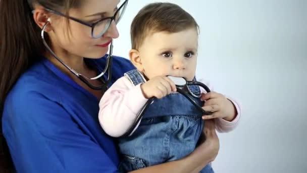 Der erwachsene Arzt blickt in die Kamera und macht sich Notizen. hört aufmerksam zu und empfiehlt dem Patienten eine Behandlung. isolierter Hintergrund. Nahaufnahme
