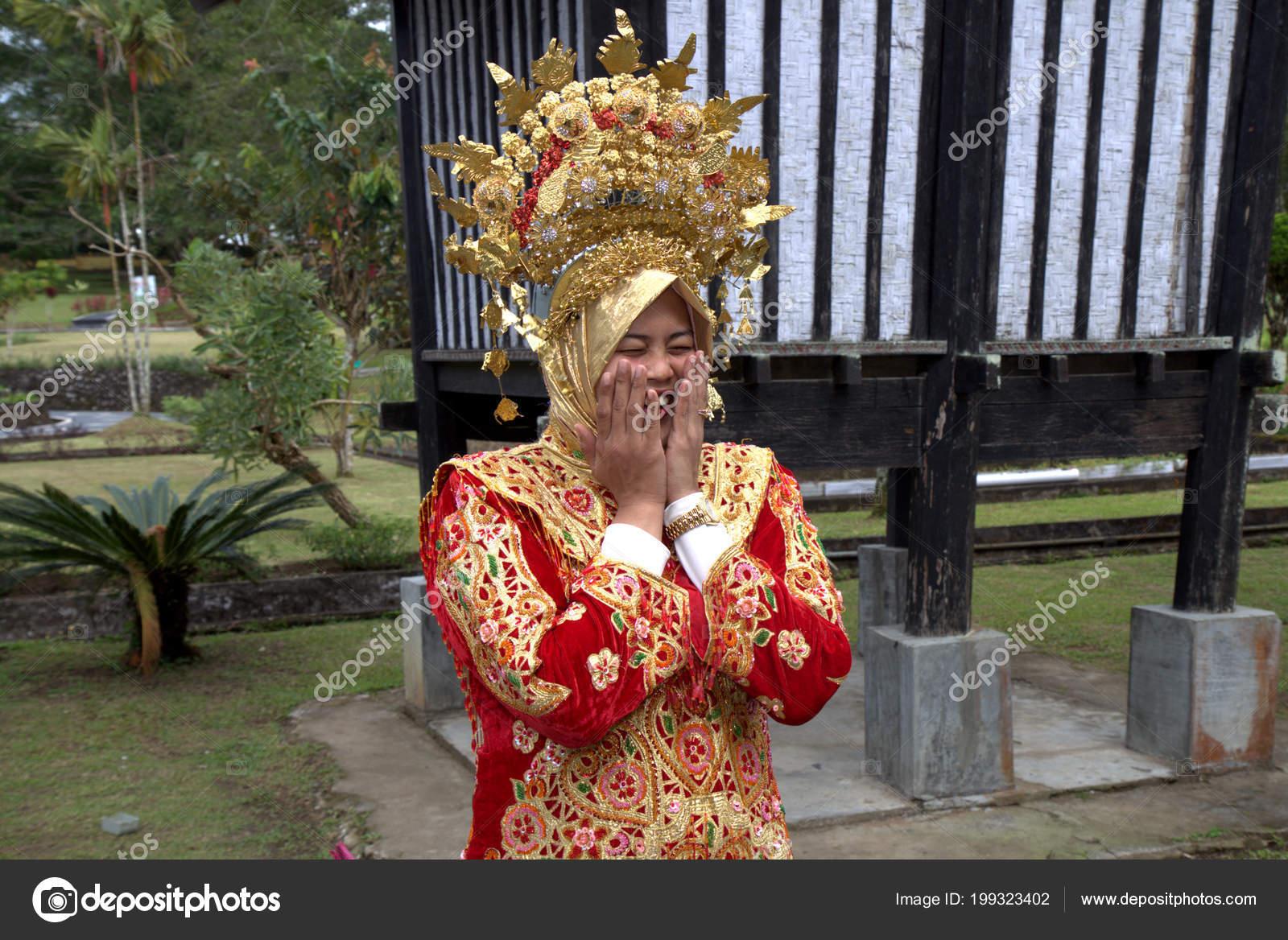 Frau West Sumatra Traditionelle Brautkleid Ist Schüchtern Lächelnd ...