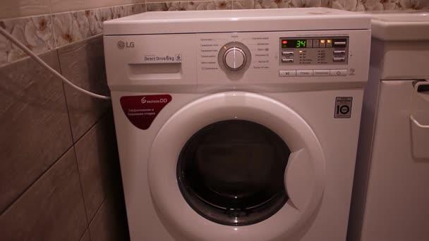 Waschmaschine wäscht schmutzige Wäsche.