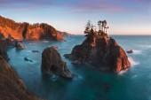 Festői kilátás a sziklás hegyekre és a tengerre