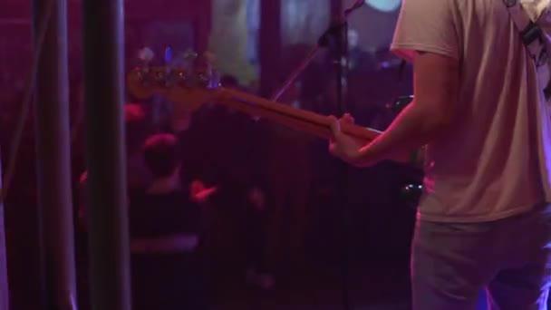 Basová kytara na koncertě