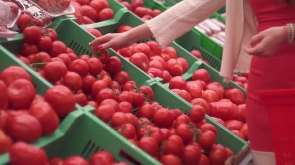 Közelről, szupermarket, piac, élelmiszerbolt karcsú, vonzó lány nő választja színes zöldségek gyümölcs paradicsom, egészséges táplálkozás és életmód koncepció