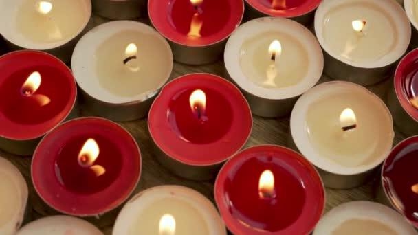 Spousta zapálených svíček na sváteční oslavu, detailní záběr, snímek fotoaparátu. Náboženská dovolená se zapálenými svíčkami.