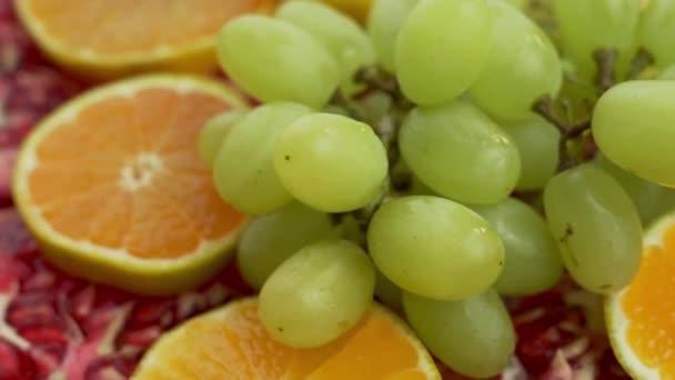 Friss szeletek Citrus Tangerine Egy ág szőlő darab piros gránátalma. Az egészséges vegetáriánus ételek és a megfelelő vegán-vitamin diéta koncepciója.