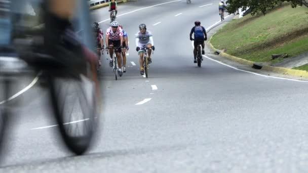 Jízdní kola na dálnici. Cyklisté na dálnici dělají Sport