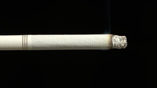 Dohányzás cigaretta közelről sötét háttér