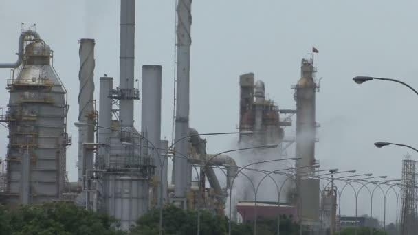 Ölraffinerie. Ausgeklügelte Ausrüstungen für die Ölraffination in Venezuela