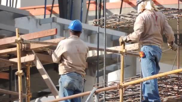 Muži v práci ve výstavbě. Scény zaměstnanců a činnosti spojené s prací na stavbě