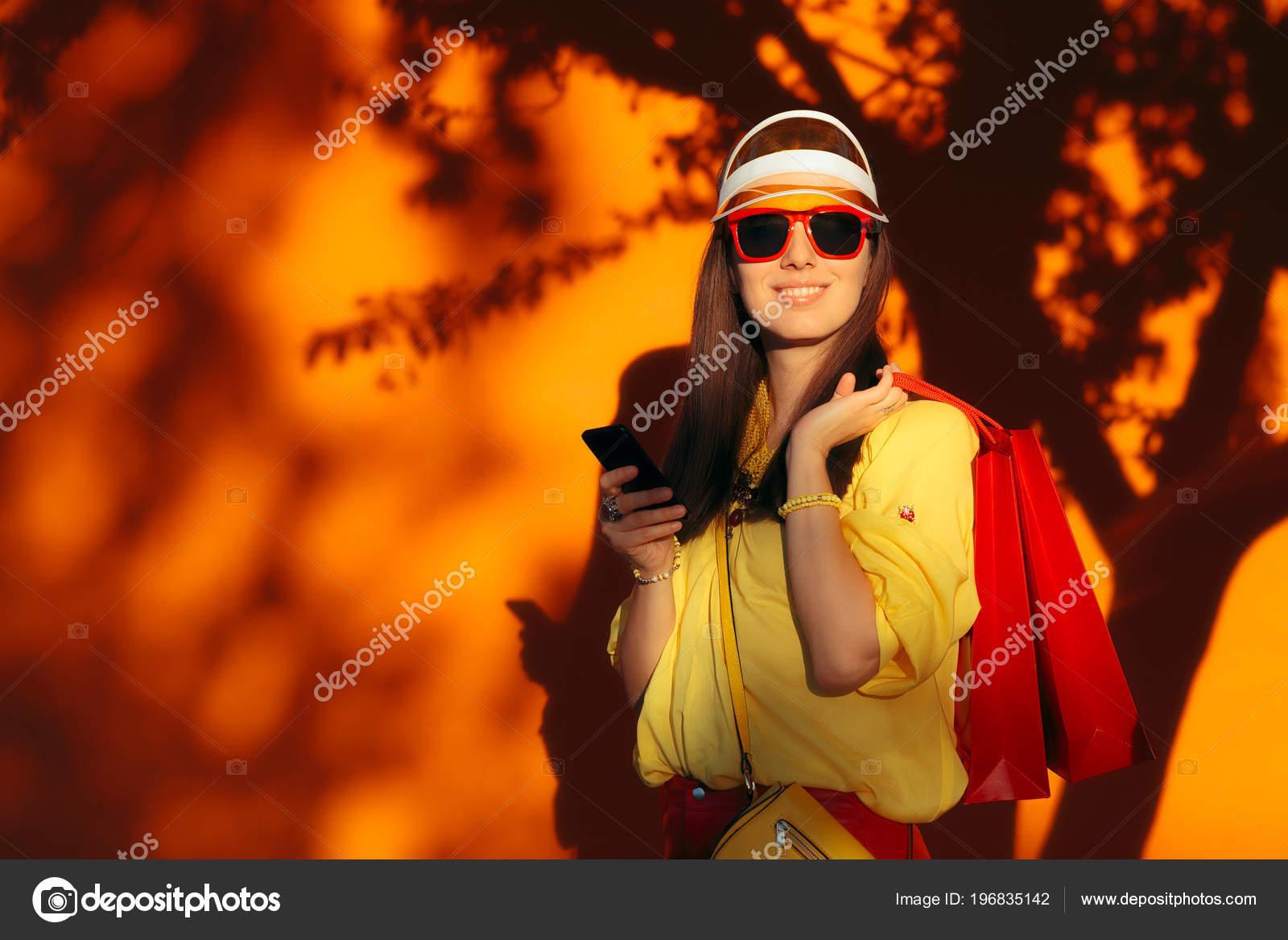 Venda de verão compras menina com viseira de sol e óculos de sol —  Fotografia por nicoletaionescu 0fb325a2860